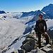 TeamMoomin vor atemberaubender Bergkulisse.