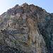 Der nächste Turm wird links in einfachem 2er Gelände umgangen, wir nutzten die erstmögliche Kletterstelle um direkt hinter dem Turm aufzusteugen (~ 4. Grad). Wenige Meter daneben führen auch 2er Stellen wieder zum Grat.