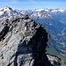 Gipfelaufbau des Chli Düssi mit seinen grossen Nachbarn, dem Oberalpstock und dem Bristen.