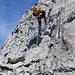 Im Abstieg vom Chli Düssi auf den Tschingelfirn entschärft ein kurzes Fixseil das Felswändli.