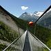 Luftiger Ausklang auf der Hängebrücke, darüber und über Walden das Mettelhorn und rechts die Aeschhörner und das Zinalrothorn