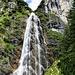 Der Klettersteig verläuft rechts des Wasserfalls; der Ausstieg ist aber nicht am oberen Ende des Wasserfalls, sondern er nimmt die Wand rechts darüber mit, darin der Riß mit einer Schlüsselstelle. Wenn man reinzoomt (nach oben, nicht unten) sieht man einen Kletterer darin.