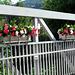 Blumenschmuck auf der Brücke