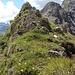Über ein kurzes, aber nettes schmales Grätle steige ich weglos zur Fernerspitze (rechts hinten ist der Mohnenfluhgrat)
