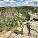 Nur wenig weiter noch eine Felsgruppe, von der man einen perfekten Blick in das Halbrund des Kars des Gazon de Faite (Ringbuhl/Ringbuhlkopf) hat. Die Wolken sind dabei greifbar nah (in diesem Punkt also eine weitere Gemeinsamkeit zur [https://www.hikr.org/gallery/photo3118945.html?post_id=147325 letzten Tour]).