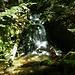 Gleich nach dem Einstieg ein Wasserfall mit etwa 2 - 3 m, das Wasser auch hier glasklar und frisch.
