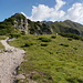 Am Grat entlang gehts in sonnigem Gelände bergauf.