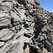 Auf schmalen Felsbändchen gehts immer weiter Richtung Gipfel