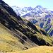 Au sommet du Holöüwibiel (2513m).<br /><br />On aperçoit, au centre de l'image, le reliquat de sentier qui mène sur la crête de Schwarzegge et, plus loin, au vallon de Hostelli.