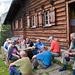 Seniorenwanderer vor der Hohganthütte