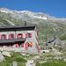 Almagelleralp, die Pausenstation mit netten Kletterblöcken (Kinderrouten III-V) im Hintergrund. <br />Oben unser Ziel, der Portjengrat mit dem Südgrat nach rechts.