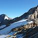 Einst ein Firngrat, heute meist ausgeapert, vorne der Gipfelaufschwung, links Weissmies