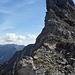 Den folgenden Gratturm erklimme ich über oder knapp rechts dieser Kante (I-II)