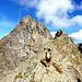 la prima parte facile della cresta est: sullo sfondo la bella piramide del Piz dal Teo e la parte più impegnativa della cresta