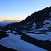 Rückblick über den oberen Teil des Aufstiegs zum Col d'Annibal (2992m) über den teilweise schneebedeckten, gerölllagigen Glacier de Proz in Richtung Rhonetal wo die Pyramide der Le Catogne (2597,9m) zu sehen ist. Die Türme rechts auf dem Foto sind die Dents de Proz (3330m).