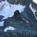 Rückblick unmittelbar vor dem Gipfel der Testa Grisa (3060m) über den unschwierigen Ostgrat hinunter zum Col d'Annibal (2992m).