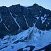 Aussicht von der Testa Grisa (3060m) auf die Ostwand vom Mont Vélan mit seinen Couloirs die berühmt sind für sehr schwierige Skiabfahrten. Der Hauptgipfel bleibt unsichtbar: recht ist der Westgipfel über der Arête d'Annibal zu sehen, in der Mitte links vom Gipfeleisfeld die Aiguille du Vélan (3634m).