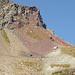 Detail von Spelm Ravulauns. Gut ist das rote Gestein zu sehen.