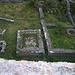 Ruine Froburg (830m):<br /><br />Blick hinunter von der Zisterne auf einen Teil der Anlage. Links sind ein Saalbau  und die Eisenschmelze, rechts Gebäude mit der Herrschaftsküche.<br /><br />Übrigens hat eine französisch sprechende Frau hier ebenfalls im Zelt übernachtet, so wie ich auf der Wisner Flue -)