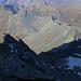 Arête d'Annibal::<br /><br />Ein steileres Gratstück oberhalb der Aiguille du Déjeuner (Felskanzel links; 3346m) hatten wir in schöner, einfacher Kletterei überwunden. Hier konnten wir schön auf die schon etwas mehr etwas mehr als die Hälfte des gekletterten Grates zurück schauen zum sicher 400m darunter liegenden Col d'Annibal (2992m).<br /><br />Die aufgereihten 3000er auf der genüberliegenden Seite des Passes sahen inzischen winzig aus: Testa Grisa(3060m), Mont Tunnel (3033m), Pointe de Crête Sèche (2953m) und Les Rayons de la Madeleine (3051,4m).