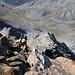 Arête d'Annibal:<br /><br />Die letzten Klettermeter zum westlichen Vorgipfel P.3681m verlangten nochmals volle Konzentration. Etwa 20m unterhalb vom Westgipfel ist eine etwas griffarme Platte (II-III) zu überwinden und der Fels stellenweis etwas brüchig so dass jeder Griff kontrolliert werden muss. Wir hatten zwar ein Seil dabei, aber das Gelände war schlecht absicherbar und irgendwelche Haken gibt es keine.<br /><br />Weit unten rechts ist auf dem Grat die Felskanzel Aiguille du Déjeuner (3346m) zu sehen.