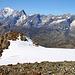 Gipfelaussicht vom Mont Vélan (3722m) übers Gipfelplateau (Le Dôme du Vélan zum westlichen Vorgipfel P.3681m über den wir herauf gestiegen sind.<br /><br />Majestetisch im 31km steht der höchste Alpenberg Mont Blanc (4810,45m) hinter der Felsbastion der Pointe Walker, höchtem Gipfel der Grandes Jorasses (4208m).<br /><br />Rechts auf dem Panorama sind in exakt gleicher Richtung der Grenzberg Mont Dolent (3820m) vor der Aiguille Certe (4122,2m)