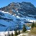 Aussicht von der Bergstation Trübsee (1796m) zum Graustock mit seinem Südostgrat. Der erste Gratbuckel ganz links ist der Rot Nollen (2309m), der runde Buckel in der Mitte der Schafberg (2522m); rechts ist der steile Pfeiler zu sehen über den der Klettersteig führt, ganz rechts hinten ist dann der Gipfel vom Graustock (2661,8m).