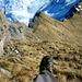 Im Steilaufschwung zum Schafberg. Da der Klettersteig in der Wintersaisson hier abmontiert wird, muss man in die sehr steile, brüchige Grasflanke links vom Steig ausweichen. Vorsicht, die Felsen zwischen den Grasstufen sind locker!