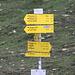 Wegweiser an der Glorer Hütte<br />Farbe ROT: Mittelschwerer Wanderweg, ich würde das als ein T2 bis T3 in Schweizer Norm übersetzen<br />Farbe SCHWARZ: Entspricht wohl unserem blau-weissen Wegen...
