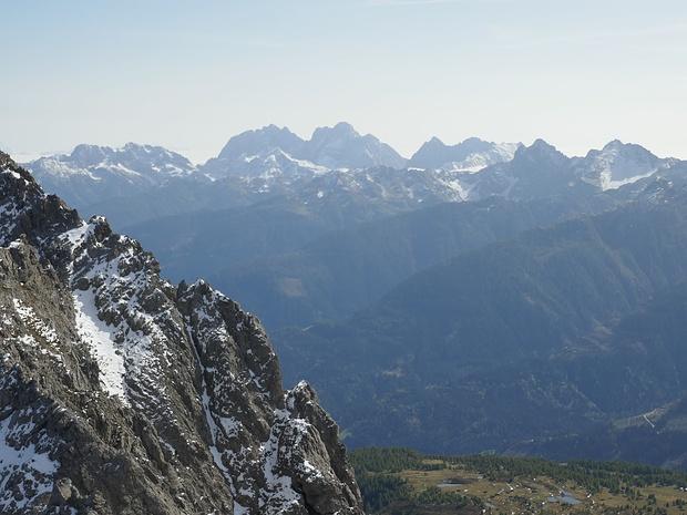Blick zum Karnischen Hauptkamm mit seinem höchsten Gipfel, der Hohen Warte