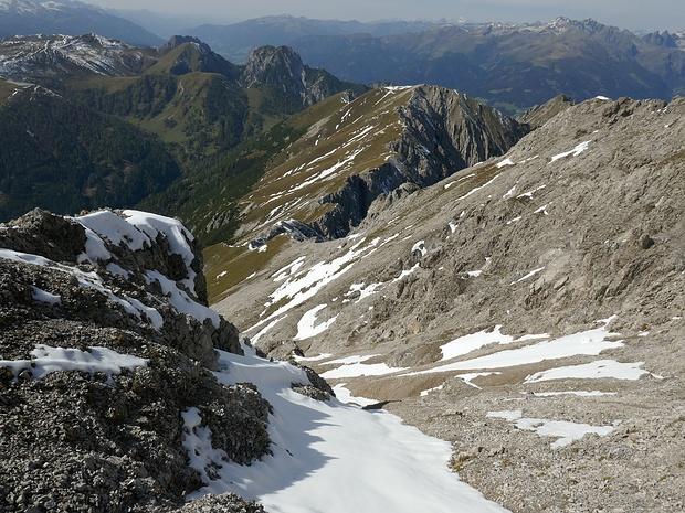 Da der Grat zu schroff ist, steige ich hier in die Flanke ab. Der Schnee ist nicht rutschig u. daher besser zu begehen, als das Geröll daneben.