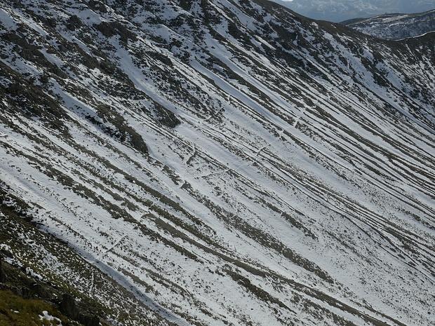 Hier kann man eine Wegspur, die zur Scharte zwischen Tamerlanhöhe und Satteleck führt, erkennen.