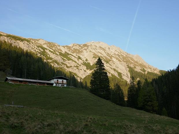 Nach einem abenteuerlichen Abstieg an der Ochsengartenalm, rechts dahinter Tamerlanhöhe