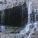 """Die Bärenhöhle, auch Bärenloch genannt, ist leider abgesperrt. <br /><br />Auf der Homepage von Tecknau ist nachzulesen: Das Bärenloch war vor den ersten Höhlenbärenfunden zu Beginn der Sechzigerjahre eine nur wenigen Insidern bekannte Höhle. Nach dem Bekanntwerden dieser spektakulären Funde erwachte das Bärenloch sozusagen aus seinem Dornröschenschlaf und trat über Nacht in den Brennpunkt des Interesses. 1962 fand man mehrere Zähne und Knochen von den schon längst ausgestorbenen Höhlenbären. Diese Funde, die übrigens kurz nach ihrem Auffinden durch mehrere Spezialisten bestätigt wurden, gaben der bisher namenlosen Höhle den treffenden Namen """"Bärenloch""""."""