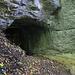 Gleich am oberen Ende vom Aletentalkessel und nördlich vom Dorfrand von Wenslingen ist die Tüfelschuchi. Derer Eingang zur Höhle liegt direkt am zur Zeit gesperrten Wanderweg.