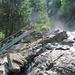 Simmenfälle: Treppen nahe der Gischt