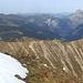 Der Grat vorne vom Sonnenköpfle zum Glatthorn, hinten Bregenzerwald und Zitterklapfengruppe