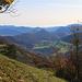 Aussicht vom Waldrand unterhalb des Räschberges ins Laufental mit dem auffällugen kegelförmigen Hügel Stürmenchopf (769m).