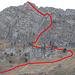 Das Zoom vom Startpunkt aus verrät nachträglich einige Details: unten vom Bergweg (links ausserhalb des Bilds) abzweigend die Zustiegsschlaufe, darüber die Aufstiegsroute durch die NE-Rinne, über den Grasrücken rechts davon und das Gipfelgrasband