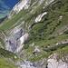 Der Biflenbach hat sich da eine ganz eindrückliche Schlucht geschaffen, runterfallen wäre suboptimal.<br />Oben im Bild der Segnas-Passweg, der die Schlucht umgeht