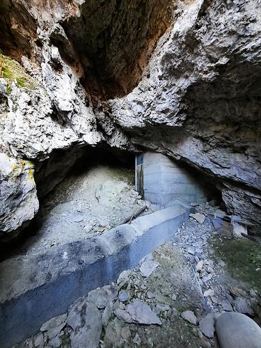 Caverne abritant le captage d'une source.