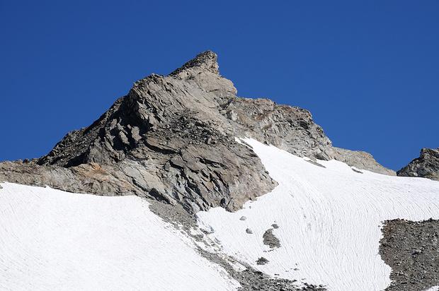 Brunnenstock. Aufstieg so hoch wie möglich über den Firn (auf dem Bild nicht sichtbar), dann den Gipfel von rechts her nach links in der Gipfelflanke angehen, zuletzt von hinten auf den Gipfel