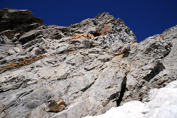 Gipfelaufschwung des Brunnenstock. Von unten rechts über recht loses Gestein bis zum Einschnitt im linken Bilddrittel. Von dort den Gipfel von der Rückseite her einfach erklettern