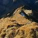 einige Meter vom Gipfelkreuz in westlicher Richtung fällt der Blick auf diesen steilen Grat