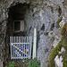 Gleich auf der Westseite der Brücke über die Birs unter dem Schloss Angenstein befindet sich neben einem Haus eine Höhle. Ob es diese Höhle oder das etwas 30m höher gelegene, durch einen Bunker verbaute die Höhle mit den steinzeitlichen Funden ist, weiss ich nicht. Auf jeden Fall führt von hier eine Treppe hinauf zum Bunker.