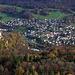 Tiefblick von der Eggflue (686,3m) auf die zuvor besuchte Ruine Pfeffingen (485m) und das Dorf Duggingen (331m).