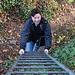 Nico steigt über die 5m hohe Leiter zu Burgruine Engenstein hoch.