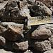 Wegweiser in der Vulkanlandschaft kurz vor der Kibo Hut.
