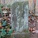 Vermessungsstein mit Inschrift HPM 73 und gekreuzten Hämmern