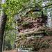 Und weiter geht es, immer wieder passieren wir weitere Felstrümmer wie diesen hier auf dem Heidenberg.